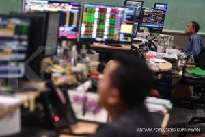 Pialang memperhatikan pergerakan saham di kantor Danareksa Sekuritas, Jakarta, Jumat (9/3). ANTARA FOTO/Sigid Kurniawan/kye/18.
